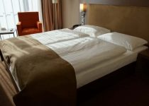 Why Colored Bed Sheets are Not Used at Hotels